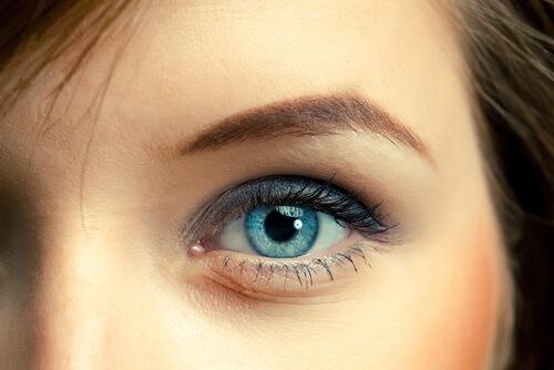 az egyik szem látásélessége 0 09)