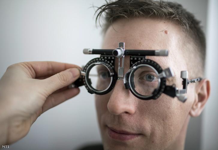 A szemüvegviselés tényleg rontja a szemünket?