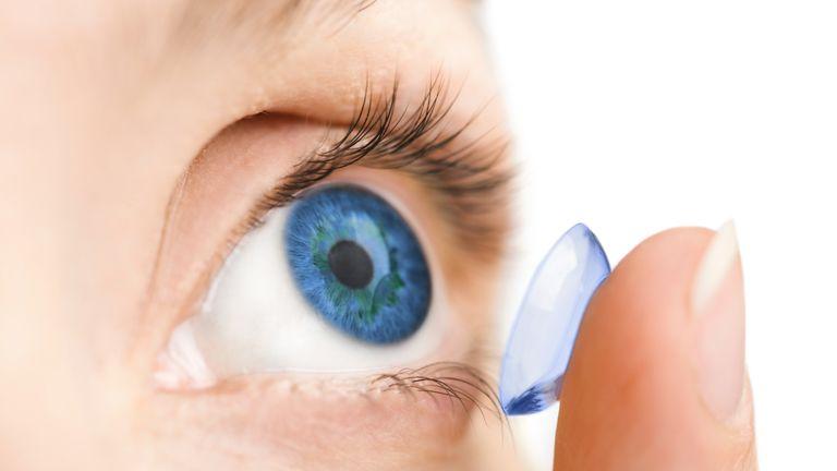 az ember kijavítja saját látását)