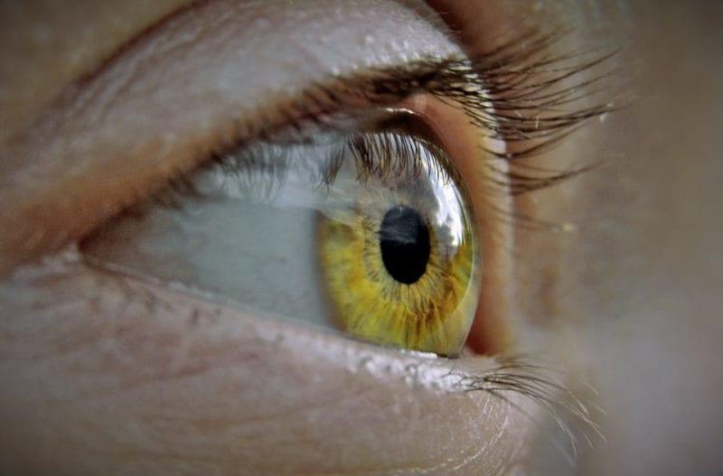 a látás romlásával)