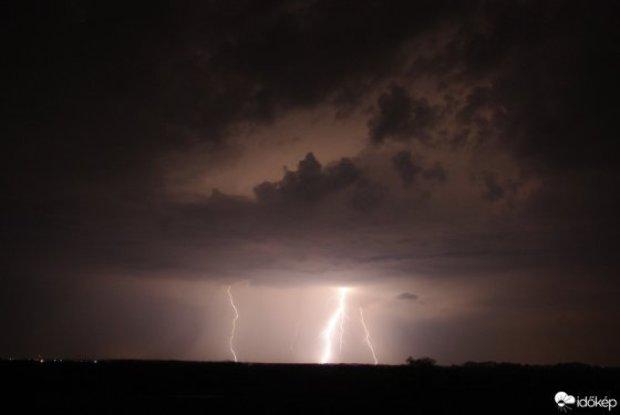 Lenyűgöző látványt nyújt az Egerre lecsapó villám