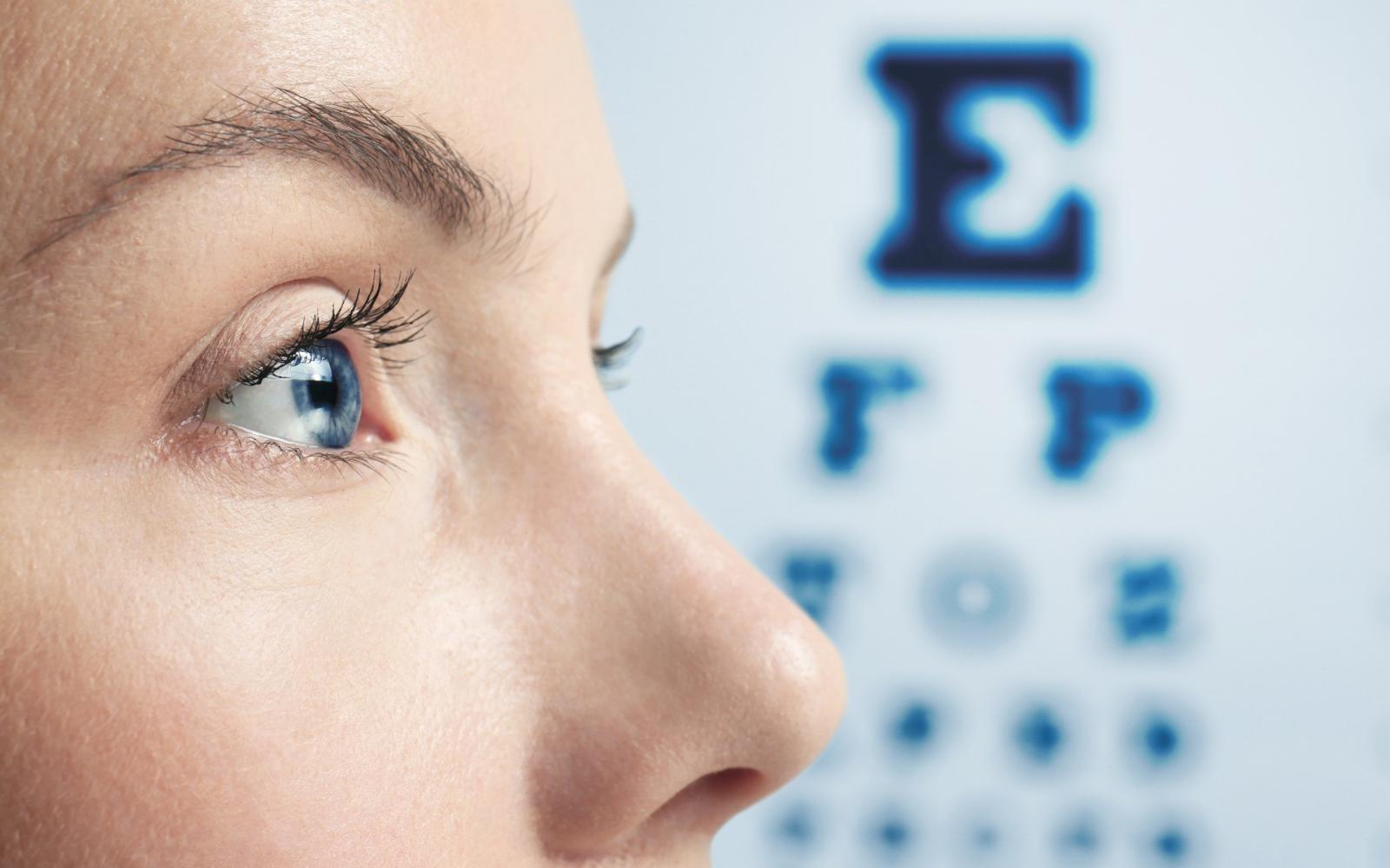 a szem leejtése a látás tesztelésére)