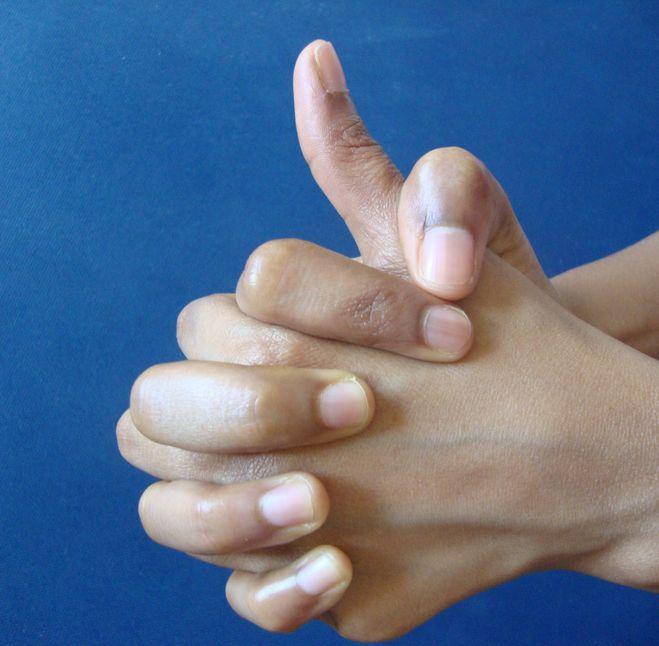 a bal kéz láthatatlansága mi látja el az embert
