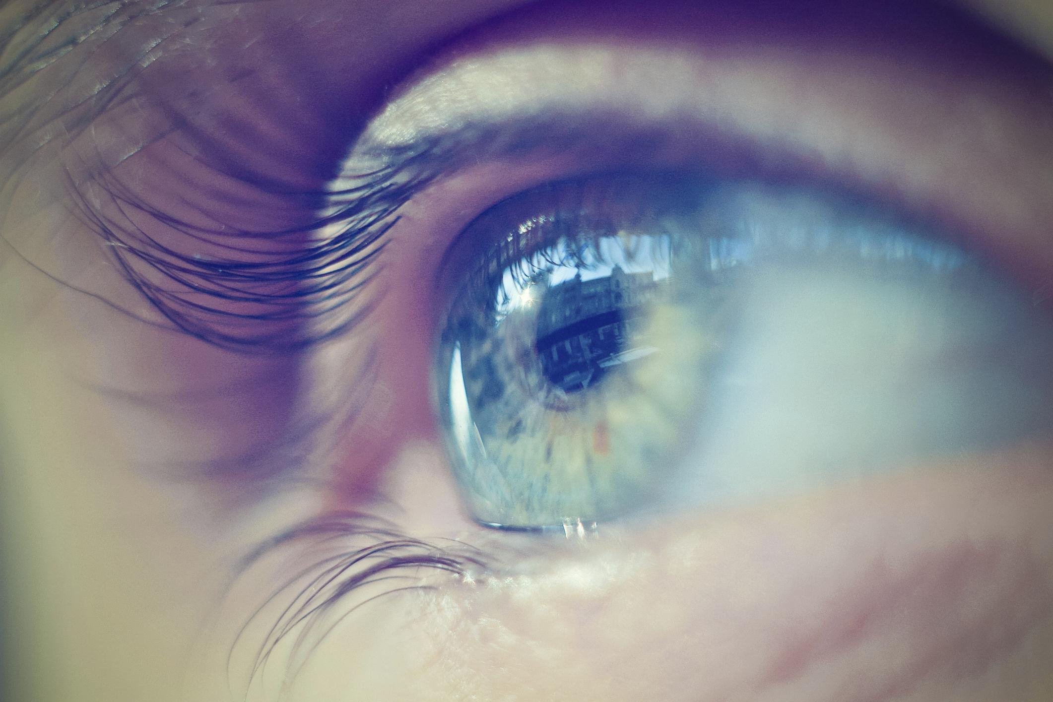 a látása hunyorít)