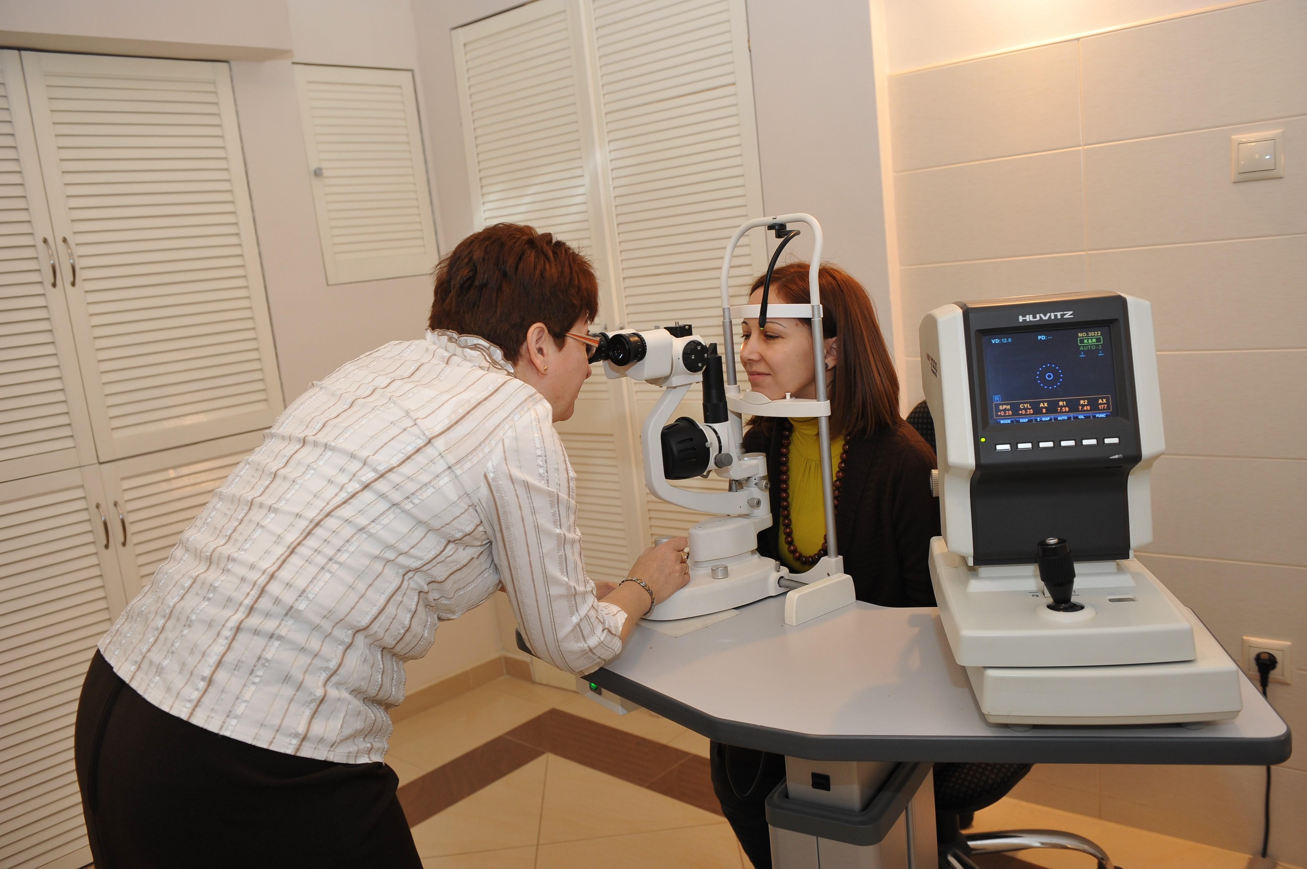 látásvizsgálati asztalok közelében