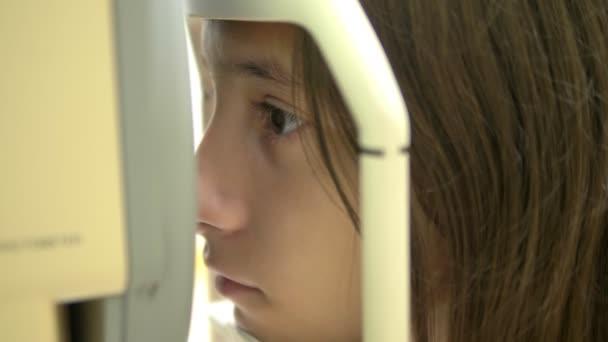 lány ellenőrzi a látást)